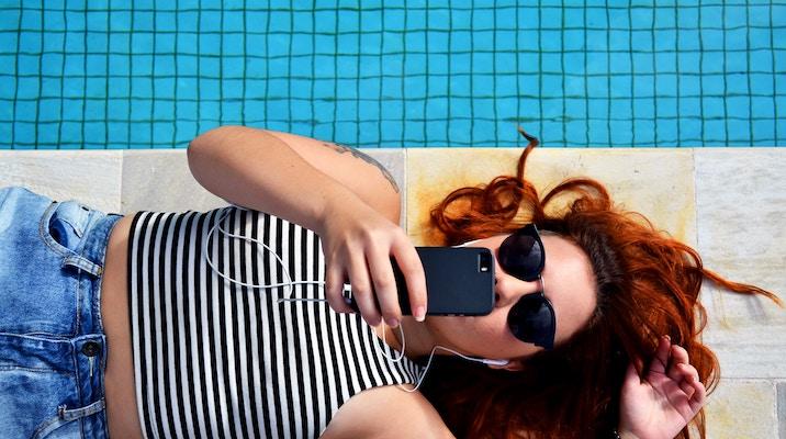 Les vacanciers restent très connectés à leur mobile